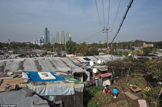 Nằm giữa lòng Seoul hoa lệ là khu ổ chuột Guryong, nơi sinh sống của hơn 2000 người với mức sống thấp hơn rất nhiều so với mặt bằng chung tại thủ đô Hàn Quốc