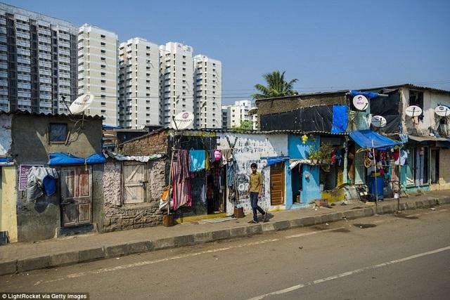 Phía sau những tòa chung cư cao cấp là những nếp nhà chật chội lụp xụp. Hình ảnh chụp tại Mumbai, Ấn Độ