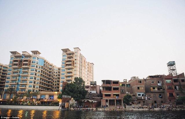 Hình ảnh chụp tại Cairo, Ai Cập, với sự đối lập của nhiều khách sạn hào nhoáng bên phải, tách biệt hẳn cuộc sống người lao động nghèo