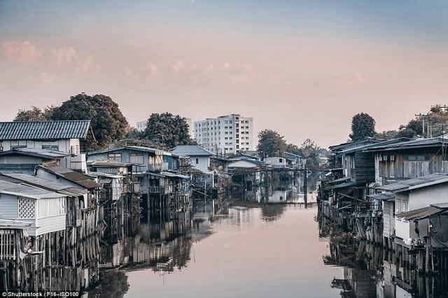 Khu ổ chuột ven sông ở Bangkok, Thái Lan