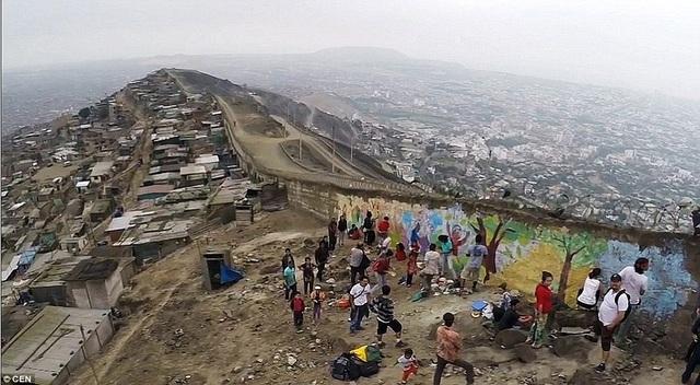 Bức tường xấu hổ xây dựng ở thủ đô Lima, Peru, với mục đích đẩy lùi tình trạng ăn cắp đang hoành hành trên khắp thành phố
