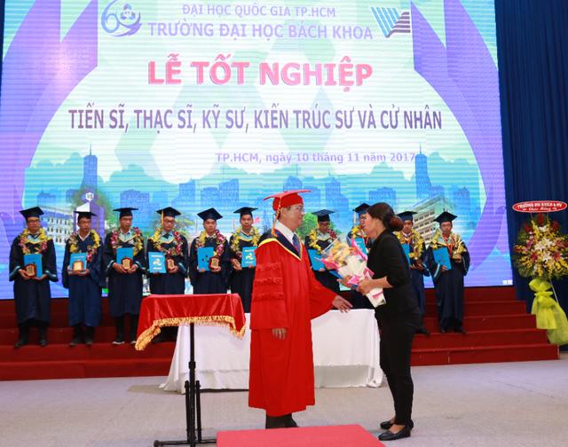 GS.TS Vũ Đình Thành, Hiệu trưởng trường nhà trường trao bằng cho mẹ em Nguyễn Dạ Trầm