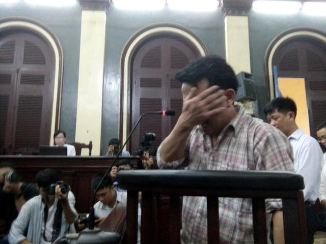 Bị cáo Nguyễn Minh Hùng bật khóc tại tòa