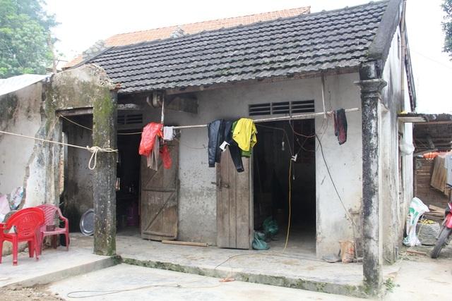 Căn nhà của vợ chồng anh Kiên như gần sụp đổ. Ngôi nhà nhỏ xụp xuệ là tài sản lớn nhất của hai vợ chồng anh Kiên.