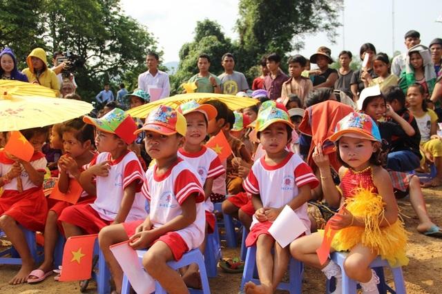 Các cháu học sinh Mầm non trong lễ khởi công xây trường.