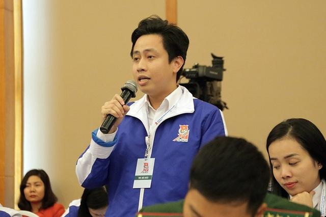 Đại biểu Lê Đức Tùng, Bí thư Đoàn Trường đại học Bách khoa Hà Nội phát biểu tại diễn đàn