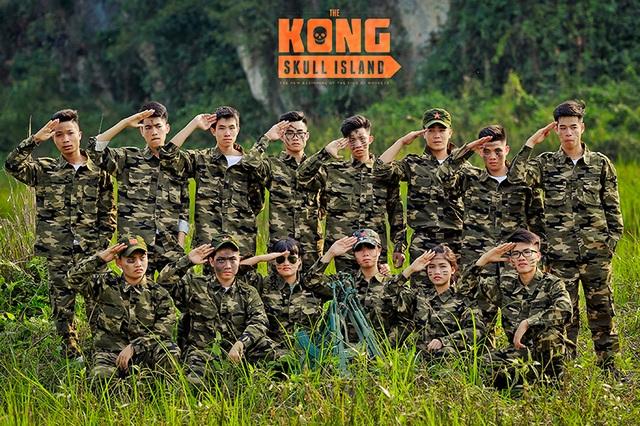 """Theo anh Nguyễn Đông, một người trong ê-kíp chụp ảnh cho biết: """"Các em học sinh muốn thực hiện một bộ ảnh kỷ yếu ngay tại nơi lấy bối cảnh quay phim Kong vì đó là bộ phim được thực hiện tại mảnh đất quê hương các bạn ấy""""."""