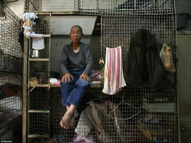 """Giá nhà tăng gần 50% kể từ năm 2012 khiến giá bất động sản ở Hong Kong luôn ở ngưỡng """"khó tin nổi"""". Điều này buộc người nghèo sống trong ngôi nhà lồng có thể xếp chồng lên nhau."""