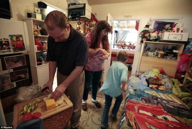 Sau cuộc khủng hoảng tài chính năm 2009, Tracy Burger và vợ con buộc phải chuyển tới phòng ngủ nhỏ xíu chật hẹp thuê của nhà mẹ vợ.