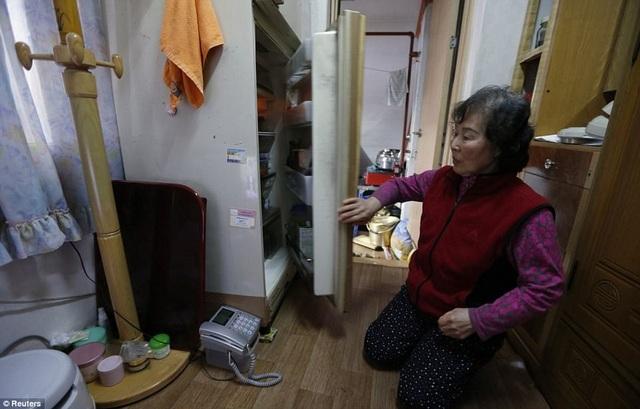 Bà nấu nước sôi trong nồi cơm điện để tiết kiệm chi phí. Với căn hộ kể trên, bà phải trả 280 bảng Anh/tháng. Người phụ nữ này đã ly hôn chồng hơn 30 năm trước.
