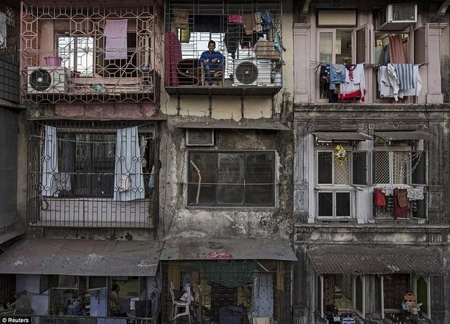 Những căn hộ xuống cấp thuộc khu ổ chuộ Dharav ở Mumbai, Ấn Độ, đang là chỗ ở của hàng nghìn người.
