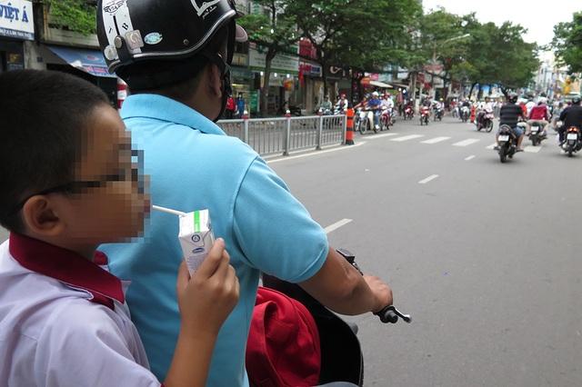 Không hiếm gặp cảnh học sinh phải ăn, uống trên đường đi học