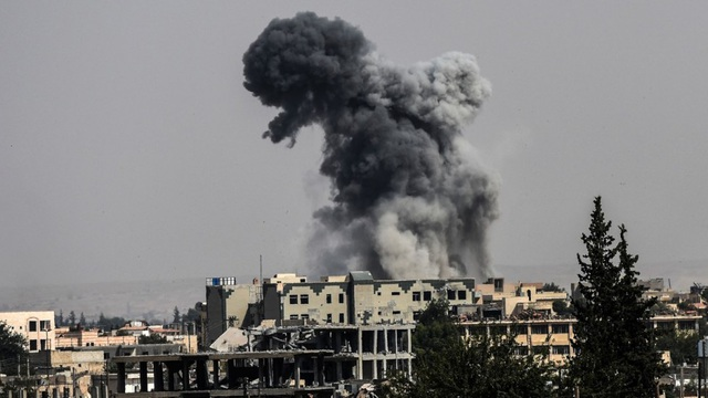 Khói đen bốc lên sau cuộc không kích của liên quân vào vị trí của IS ở Raqqa ngày 17/7. (Ảnh: AFP)