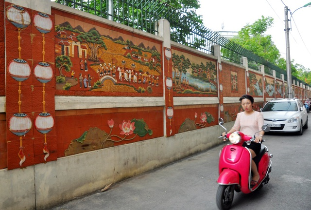 Đoạn đường tranh gốm dài khoảng 200m gồm nhiều bức tranh độc đáo về phong cảnh làng quê Việt được người dân tại ngõ 78 đường Duy Tân (Cầu Giấy – Hà Nội) tự bỏ tiền thực hiện. Sự hoành tráng của các bức tranh khiến nhiều người không khỏi ngạc nhiên, thậm chí coi đây là con đường gốm sứ thứ hai của Hà Nội, sau con đường gốm sứ dài kỷ lục tại quận Long Biên.