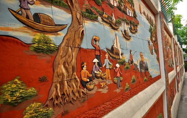 Bức tường gốm sứ dài hơn 200 m này được chia làm 2 phần: phần trên là các bức tranh sinh hoạt, khung cảnh làng quê Việt Nam. Phần dưới có chiều cao khoảng 300m được trang trí đồng bộ bằng các bức tranh về hoa sen tạo nên một tổng thể hài hòa, ấn tượng.