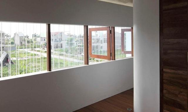 Góc cửa sổ nhìn ra dàn cây leo và không gian trước mặt.