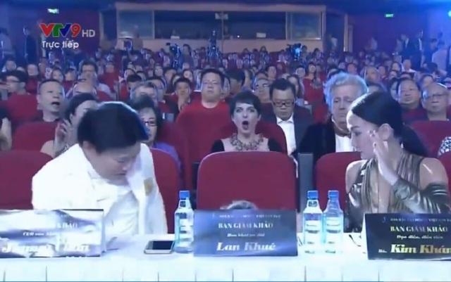 Cú té bất ngờ của Lan Khuê khiến 2 giám khảo bên cạnh giật mình và cả khán phòng cũng như mọi người đang xem truyền hình đều hoang mang, lo lắng cho cô.