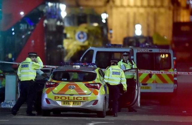 Cảnh sát phong tỏa hiện trường vụ tấn công trên cầu Westminster.