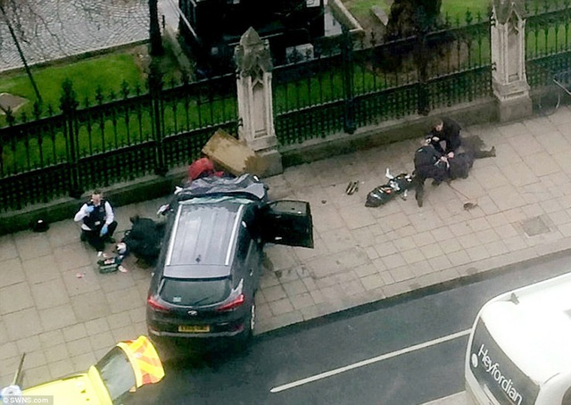Chiếc xe ô tô của nghi phạm tại hiện trường (Ảnh: SWNS)