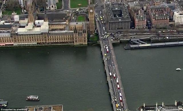 Cầu Westminster bắc qua sông Thames, nơi nghi phạm lái xe lao vào những người đi bộ (Ảnh: Dailymail)