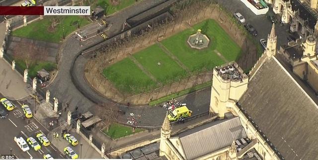 Hiện trường vụ tấn công gần tòa nhà quốc hội Anh (Ảnh: BBC)