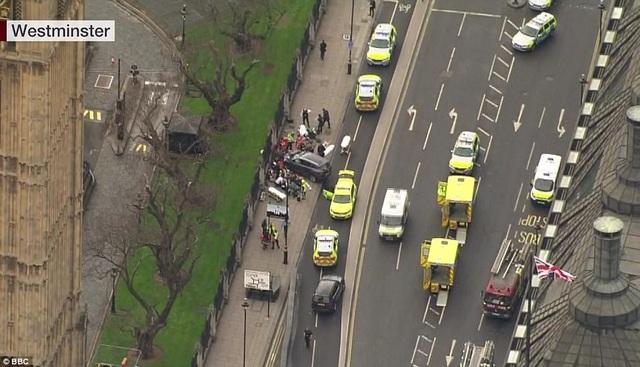 Các xe cảnh sát tập trung tại khu vực quanh hiện trường (Ảnh: BBC)