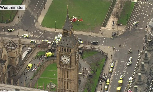 Trực thăng cảnh sát đậu gần tháp đồng hồ Big Ben sau vụ tấn công (Ảnh: BBC)