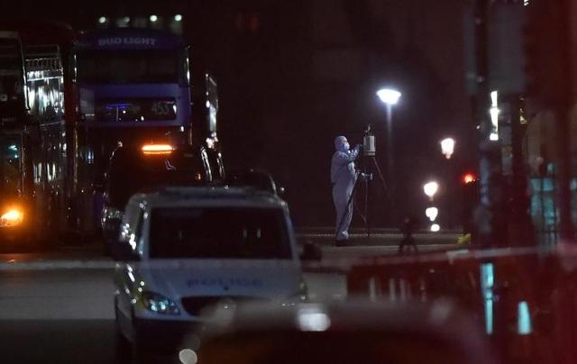 Vụ tấn công xảy ra khi một chiếc ô tô lao vào vỉa hè trên cầu Westminster.