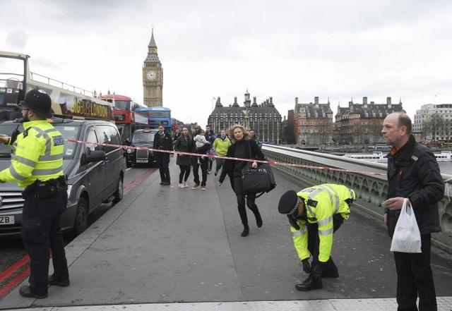 Cảnh sát Anh coi đây là một vụ tấn công khủng bố có liên quan đến phần tử Hồi giáo cực đoan.