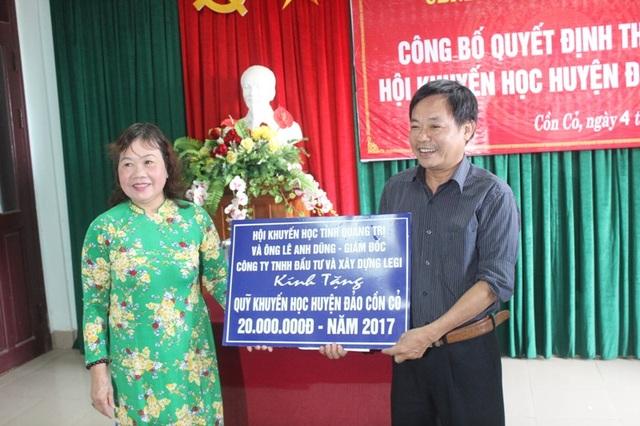 Bà Nguyễn Thị Hồng Vân thay mặt nhà tài trợ trao quà cho Hội khuyến học