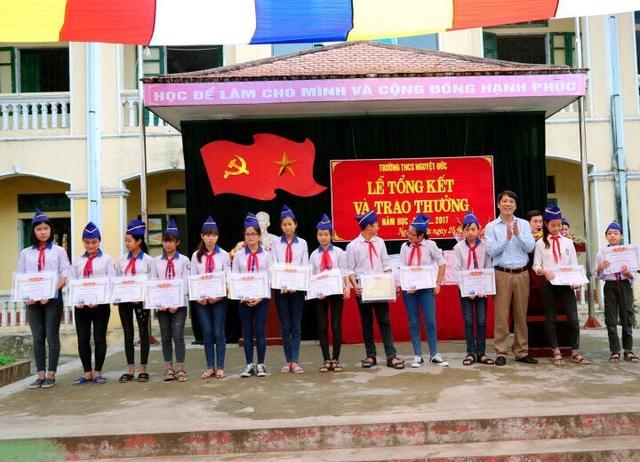 Giáo dục Nguyệt Đức cũng là một xã có phong trào mạnh mẽ, luôn nằm trong tốp đầu của huyện Yên Lạc, tỉnh Vĩnh Phúc