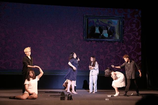 Bức màn bí mật của vở kịch dần được vén lên, khi Hailey nhớ lại những khoảnh khắc đối mặt với bạo lực gia đình từ chính ba mẹ mình.