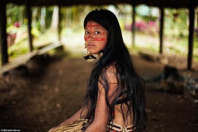 Một cô gái thổ dân người Kichwa trong rừng rậm Amazon.