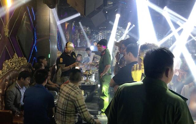 """Hàng trăm cảnh sát """"đột kích"""" 2 quán bar trước thềm năm mới - 6"""