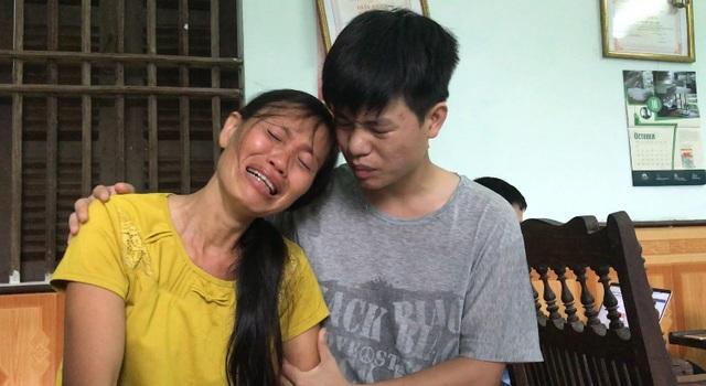 Bà Đỗ Thị Ninh mẹ Kiên khóc nức nở khi con gặp rắc rối trong việc nộp hồ sơ xét tuyển vào Học viện Quân y