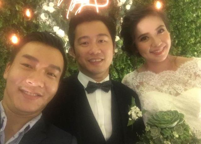 Chú rể còn dành tặng cho cô dâu một bài hát đặc biệt tại tiệc cưới.