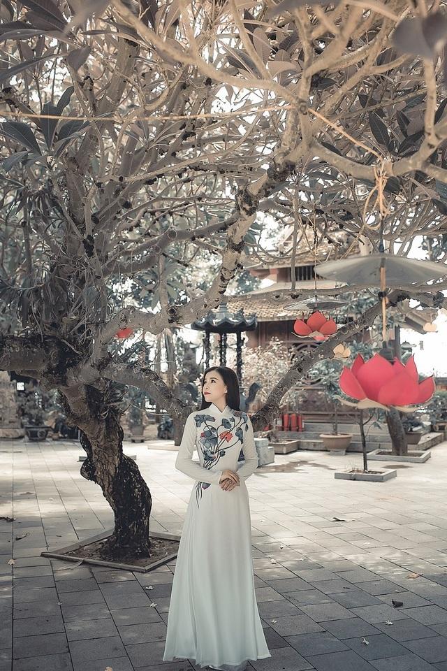 Để nguyện cầu bình an năm mới, nữ du học sinh 9X diện áo dài đi lễ chùa.