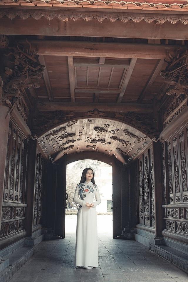 Nữ thạc sĩ 9X xinh đẹp trong tà áo dài đi lễ chùa đầu năm - 3