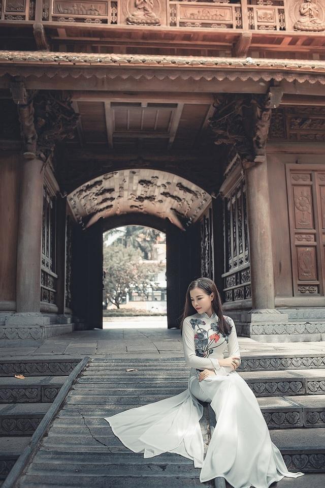 Cô bạn khoác lên mình trang phục dân tộc để để đi lễ chùa và thực hiện bộ ảnh lưu lại tuổi thanh xuân.