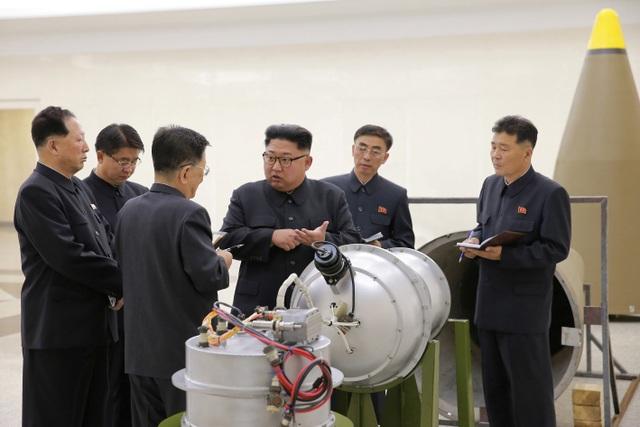 Ông Kim Jong-un thị sát vật thể được cho là đầu đạn hạt nhân (Ảnh: Reuters)