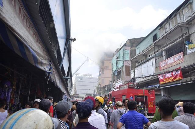 Vụ cháy bùng phát lúc 11h tại một cửa hàng đồ chơi 5 tầng.