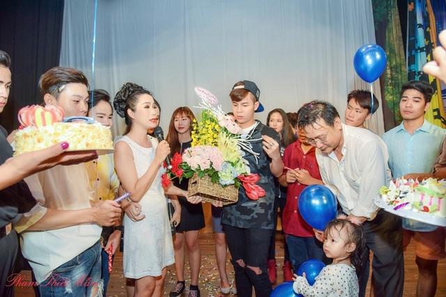 """Đặc biệt là dàn đạo diễn chương trình """"bá đạo"""" của buổi sinh nhật đặc biệt này: Phúc Thiện, Nhi Trần, Duy Nguyen, Khánh Vân, con gái Khánh Ngân."""
