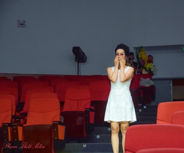 Thật bất ngờ và cảm động vô cùng, yêu ơi là yêu các đồng nghiệp và học trò của mình, tiếng hát của con gái Võ Trịnh Khánh Ngân và hình ảnh ông xã bế cục cưng đợi sẵn trên sân khấu.