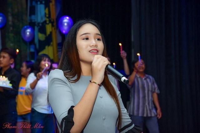 Là một trong những chủ nhân của buổi tiệc sinh nhật cho mẹ mình, Khánh Ngân mang đến nhiều bất ngờ khiến Trịnh Kim Chi vô cùng xúc động.