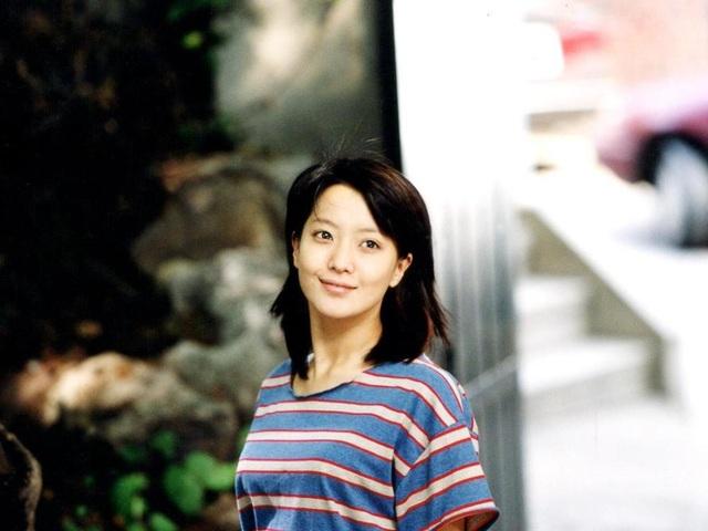 Năm 2001, Kim Hee Sun thay đổi ngoại hình với mái tóc ngắn. Sự thay đổi của cô khiến người hâm mộ ngạc nhiên và thích thú. Mái tóc ngắn trẻ trung giúp diện mạo của Kim Hee Sun baby hơn.