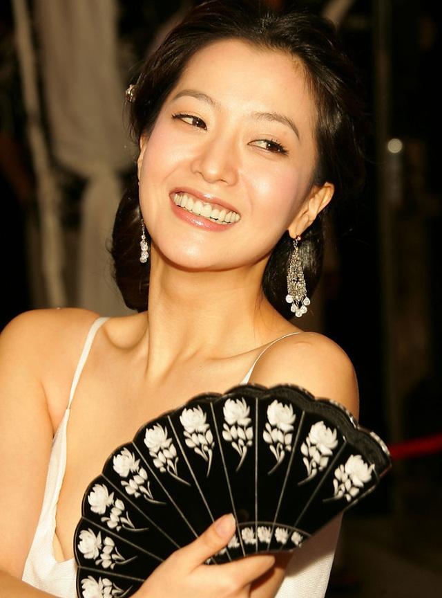 Năm 2002, Kim Hee Sun tiếp tục được các tạp chí hàng đầu của Hàn Quốc tôn vinh và khen ngợi. Đây được xem là giai đoạn đỉnh cao trong sự nghiệp của Kim Hee Sun.