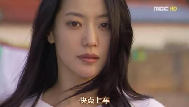 """Năm 2004, Kim Hee Sun vẫn tiếp tục đóng phim truyền hình và làm gương mặt quảng cáo cho nhiều nhãn hiệu tại Hàn Quốc. Bộ phim """"Sad love song"""" được cô tham gia diễn xuất trong năm này và bộ phim đã đưa Kim Hee Sun lên đỉnh cao sự nghiệp diễn xuất tại Hàn Quốc."""