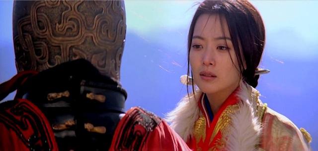 """Năm 2005, cô sánh đôi cùng Thành Long trong bộ phim được đầu tư với kinh phí lớn """"Thần thoại. Cô còn thể hiện luôn ca khúc chủ đề của phim cùng Thành Long. Hình ảnh cô công chúa xinh đẹp của Kim Hee Sun trong phim làm """"tan chảy"""" trái tim của người hâm mộ khắp châu Á."""