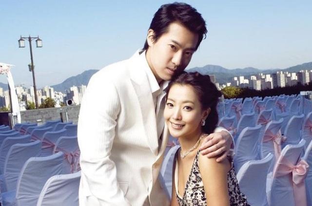 Đám cưới của Kim Hee Sun diễn ra tại một trong những khách sạn sang trọng nhất tại Seoul, Hàn Quốc với sự góp mặt của nhiều bạn bè trong làng giải trí. Trước khi tổ chức đám cưới, Kim Hee Sun hầu như chưa bao giờ đề cập tới chuyện yêu đương, hò hẹn của mình trong các bài phỏng vấn. Quyết định lên xe hoa của cô khá đột ngột. Chồng của Kim Hee Sun là một doanh nhân trẻ và là con trai của một trong những người giàu nhất Hàn Quốc.