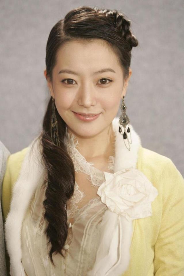 Gương mặt đẹp không tì vết, chiếc cằm ngày càng nhọn khiến Kim Hee Sun từng vướng nghi án dao kéo thẩm mỹ vào năm 2016 nhưng chính người đẹp đã lên tiếng phủ nhận thông tin này.